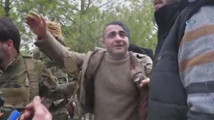 """شاهد: أسير من """"ب ي د"""" يبكي كالصغار بيد الجيش الحرّ"""