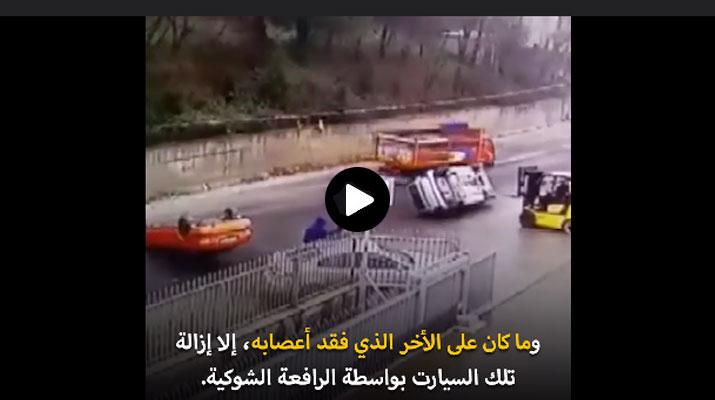 شاهد رجل تركيّ يقلب سيارَتين مركونتين أمام بوابة مصنعه برافعة شوكية والسبب هو.. !!