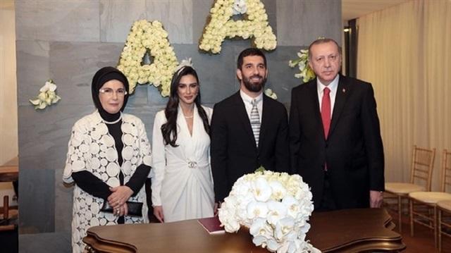 أردوغان يشارك في حفل زفاف اللاعب التركي أرضا طوران