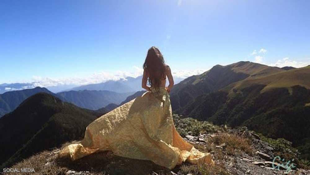 """نهاية """"فتاة البكيني"""" فوق الجبل"""