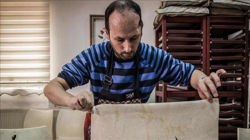 مواطن تركي يحيي ذاكرته عبر الرسم بالتنقيط
