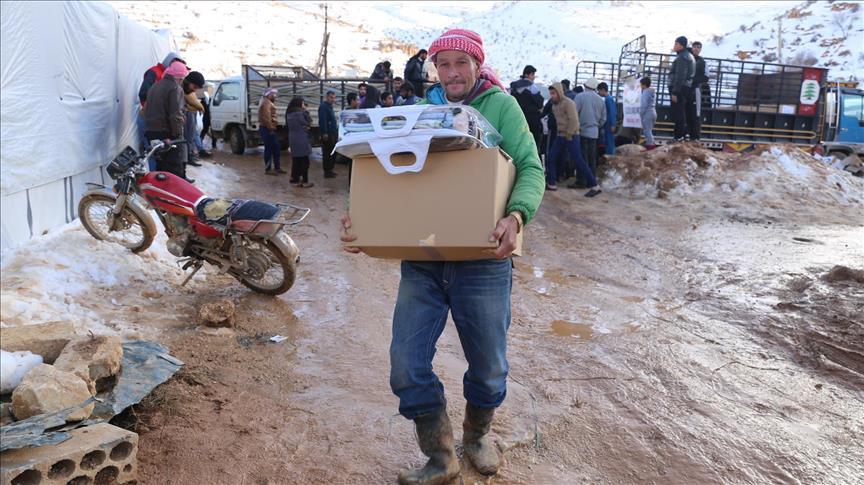 """الإغاثة التركية"""" تقدم وقود تدفئة لـ 1500 عائلة سورية"""