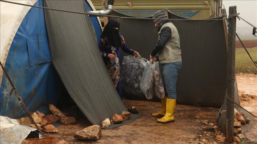 """""""الإغاثة التركية"""" توزع بطانيات على النازحين السوريين"""