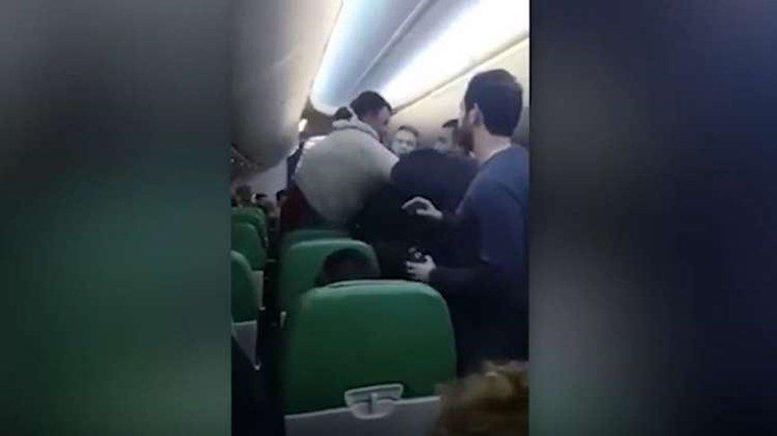 مواطن عربي يهتف الله أكبر .. فيجبر طائرة ركاب على الهبوط