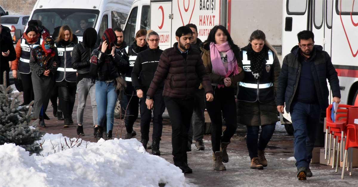 بالفيديو… القاء القبض على شبكة دعارة في مدينة سيواس التركية (شاهد ماذا فعلن النساء مع الصحفيين)