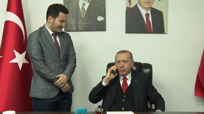شاهد.. الرئيس أردوغان يطلب يد طبيبة لزميلها الطبيب .. وهكذا جاء رد والد الفتاة (فيديو لاقى رواجاً كبيراً)