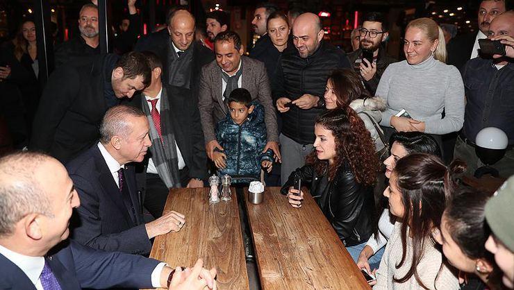 الرئيس أردوغان يجري جولة ودية بين المواطنين في أنطاليا جنوب تركيا (صور)
