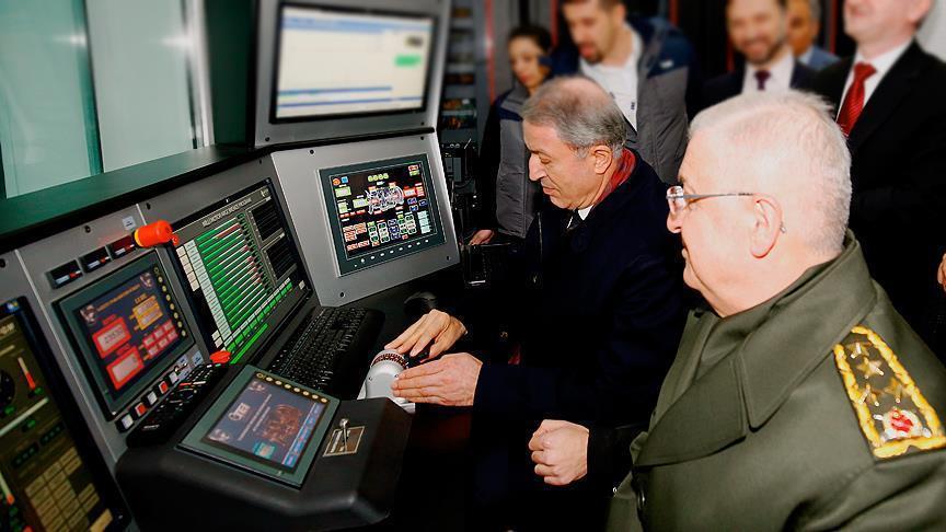 """وزير الدفاع التركي يختبر محرك مروحية """"غوك باي"""" محلية الصنع"""