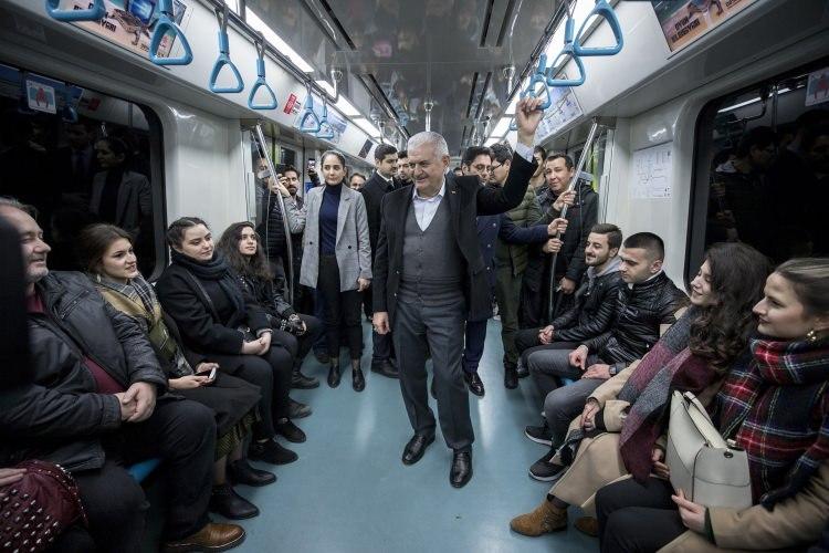 يلدريم يلتقي بالمواطنين الأتراك خلال تنقله عبر قطار الأنفاق في إسطنبول (شاهد الصور)