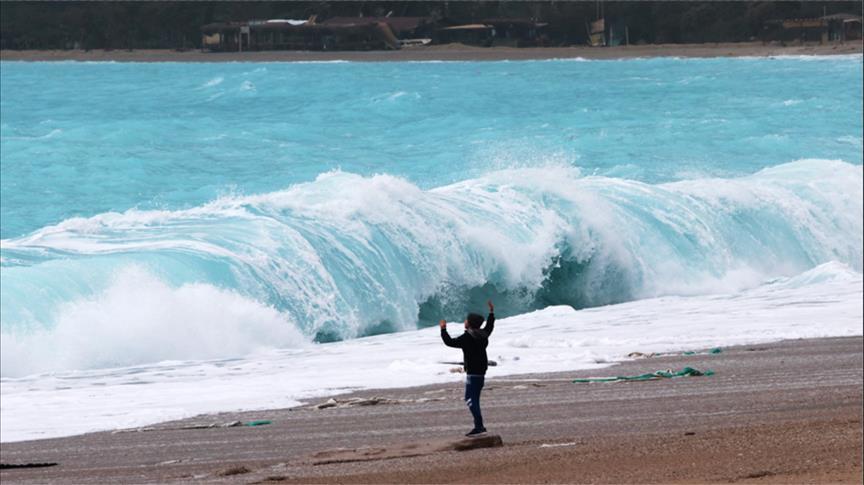 """أمواج """"أولو دينيز"""" التركوازية تجذب هواة التصوير في موغلا التركية"""