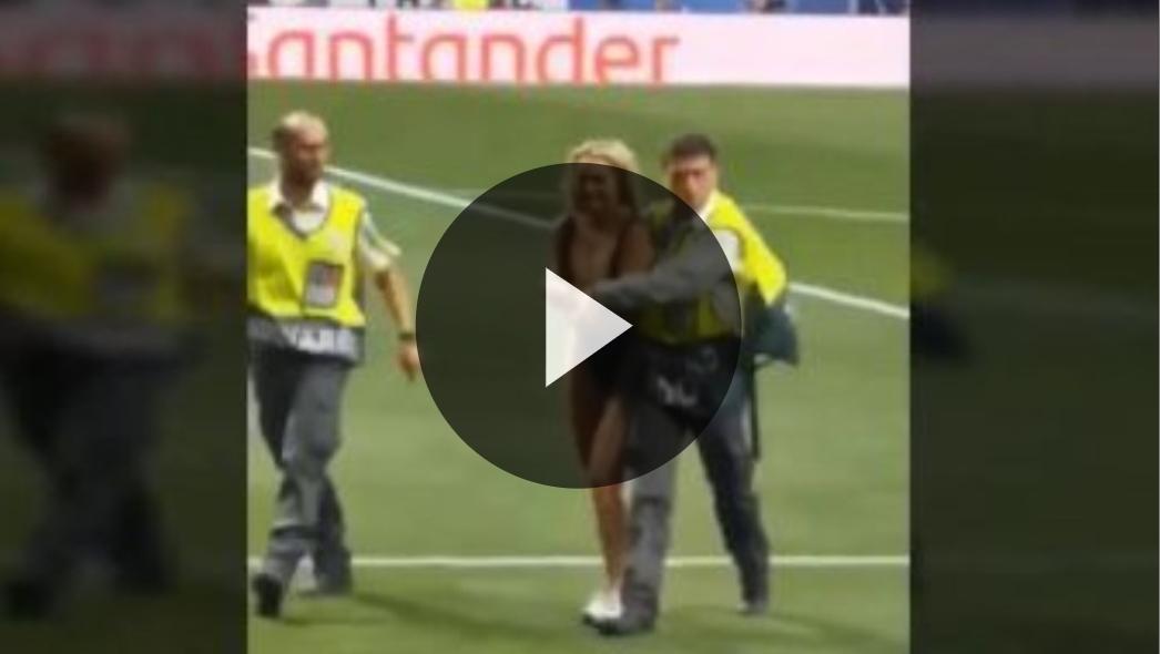 صلاح يغض البصر بعد دخول فتاة لمعلب المباراة (فيديو)