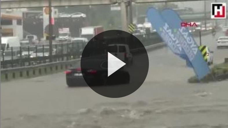 مشاهد من الأضرار التي أحدثتها الأمطار في اسطنبول