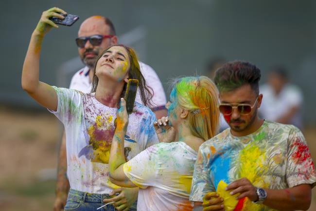 مهرجان للألوان بأنطاليا بمشاركة 7 آلاف شخص