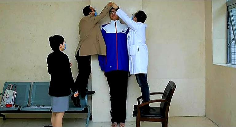 طوله أكثر من مترين… العثور على أطول تلميذ مدرسة في العالم… صور