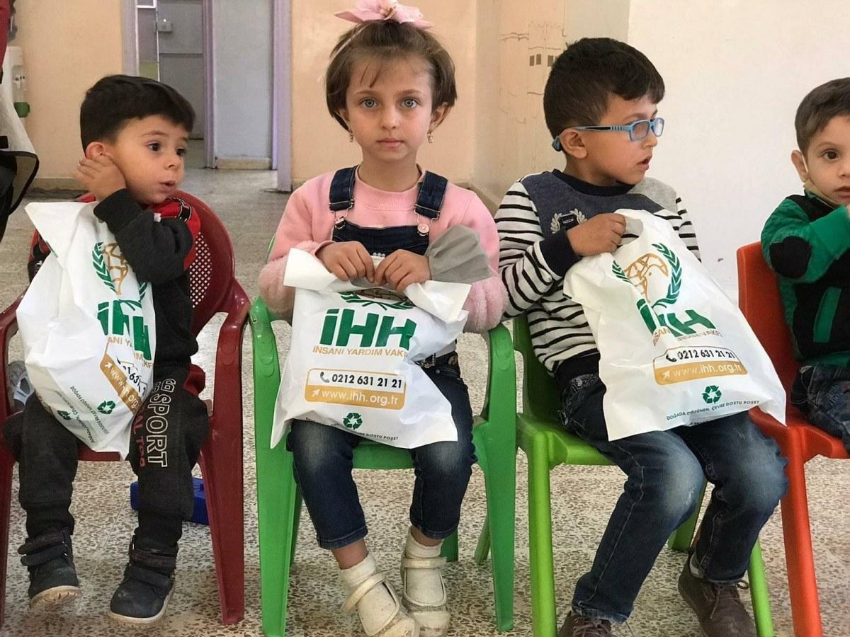 """""""الإغاثة التركية"""" توزع الهدايا على الأطفال السوريين"""