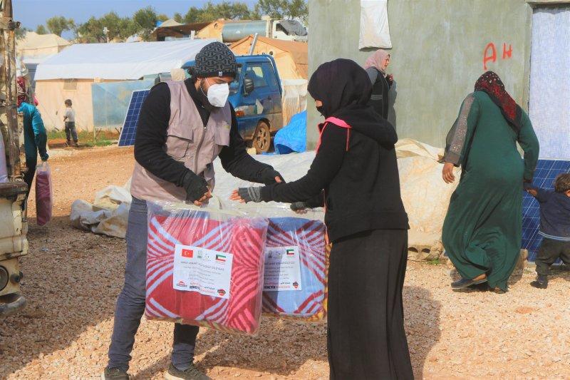 توزيع طرود وبطانيات وطرود غذائية في المخيمات شمال سوريا