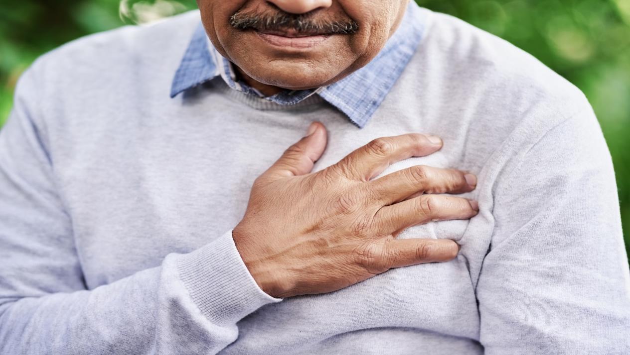 طبيب متخصص يقدم نصائح لتجنب تجلط الدم
