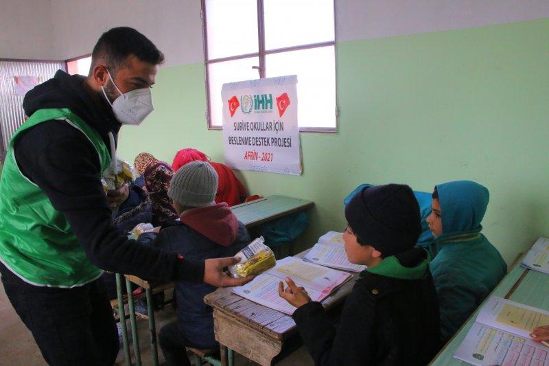 """جمعية الـ """"IHH"""" تقدم وجبات لطلاب الإبتدائي في الشمال السوري (صور)"""