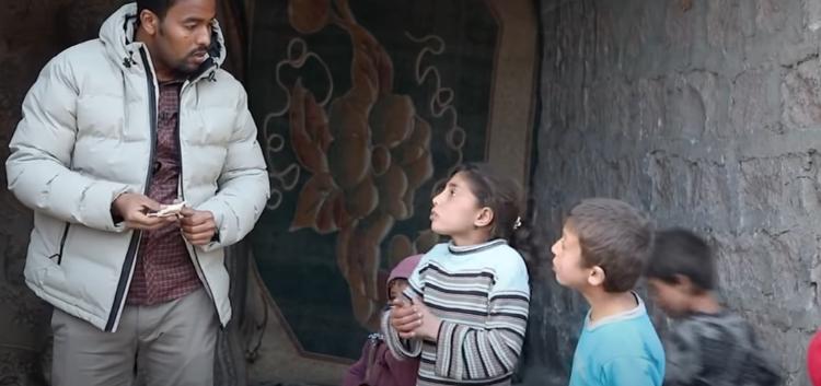 """درس عظيم من طفلة سورية صغيرة تدهش الإعلامي """"سوار الذهب"""" وتوجه رسالة مؤثرة للعالم (فيديو)"""