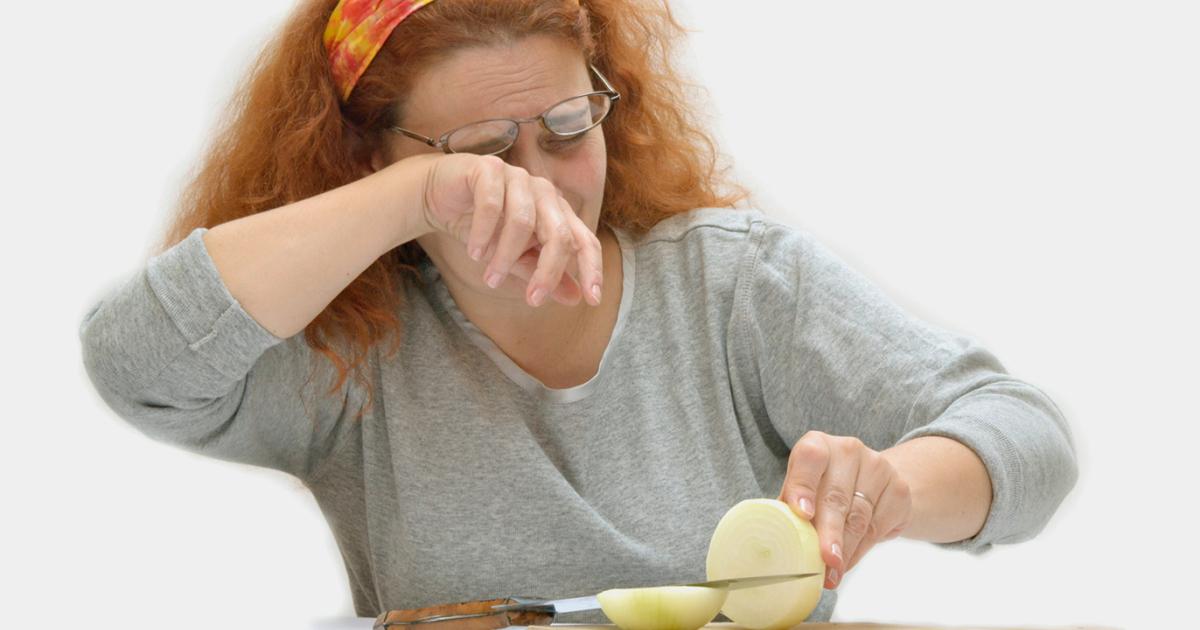 تقطيع البصل بدون دموع .. أخصائية تغذية تجيب