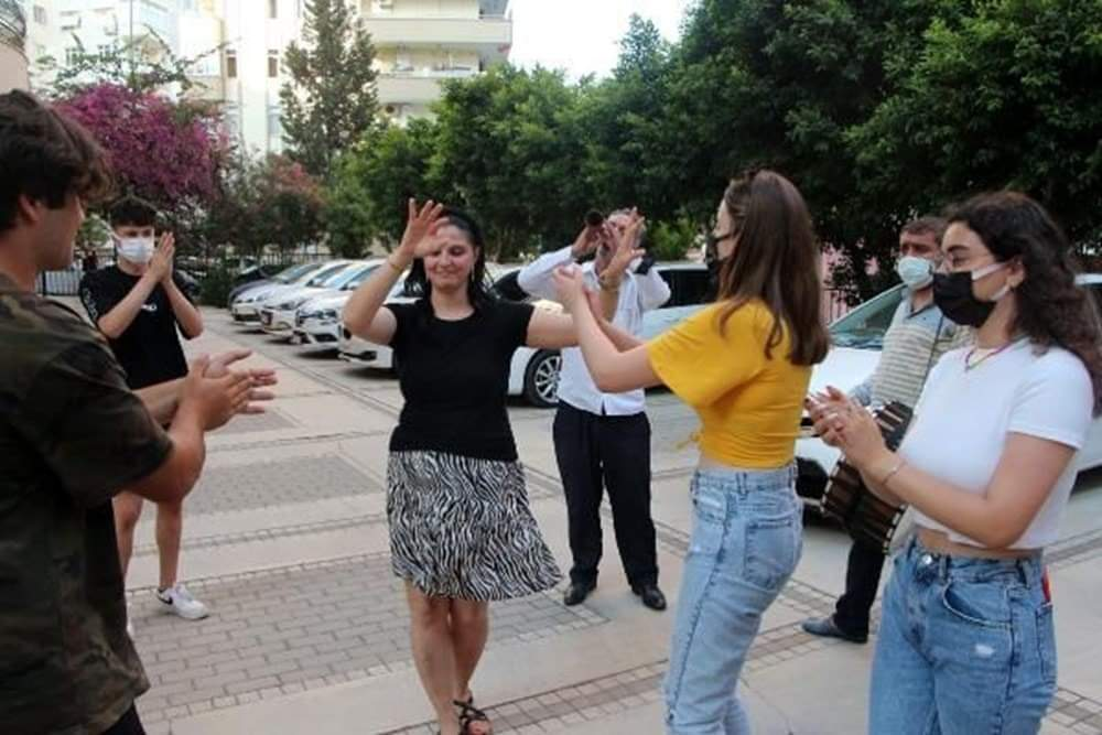 تركية تقيم احتفالاً بعد حسم دعوى الطلاق التي استمرت عامين لصالحها