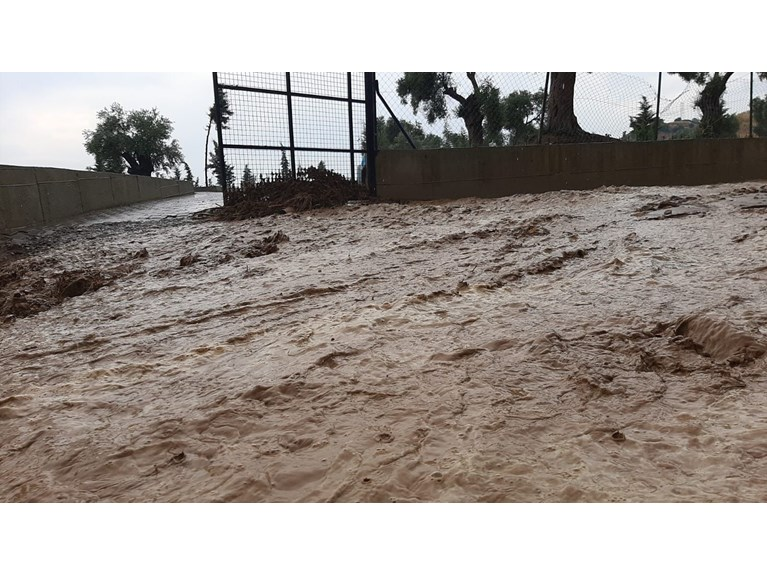 امطار غزيرة تحولت إلى فيضانات في شوارع ايدين (صور)