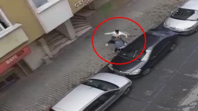 مواطن أجنبي ينـ.ـ هال بالضـ.ـ رب على زوجته الحامل وسط الشارع في مدينة اسطنبول (فيديو)