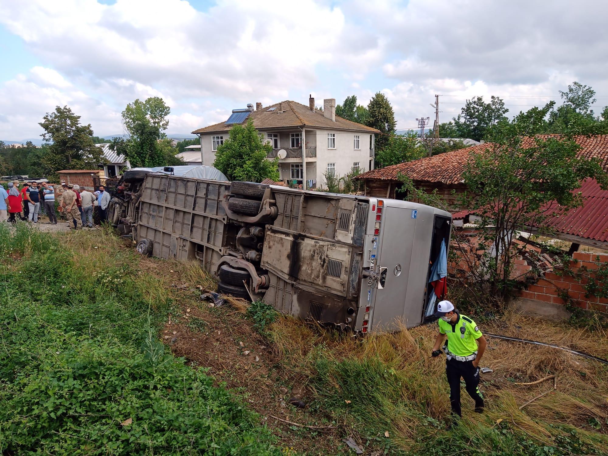 إصـ .ـابة 21 شخص بجـ .ـروح خطيرة نتيجة اصـ .ـطدام حافلة ركاب بسيارة في كاستامونو (فيديو)