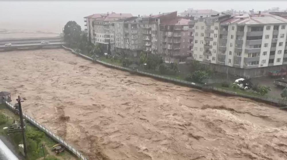 فيضانات ريزا تغمر الشوارع وتغلق مداخل الأبنية والطرقات (فيديو)