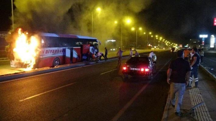 اندلاع النيران في حافلة ركاب بولاية ديار بكر (صور)