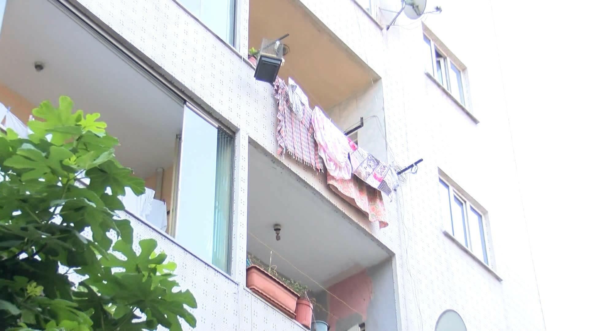 أب سوري يعلق طفله في سقف المنزل ويقوم بضـ.ـ ربه بشكل مبـ.ـ رح في مدينة اسطنبول (فيديو)