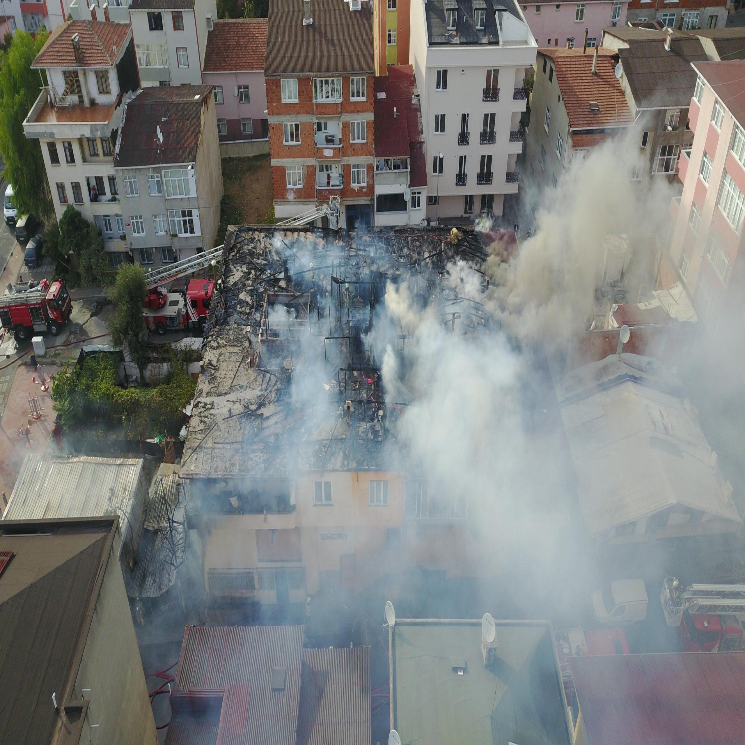 حريق يلتهم ورشة أثاث في سلطان بيلي بإسطنبول