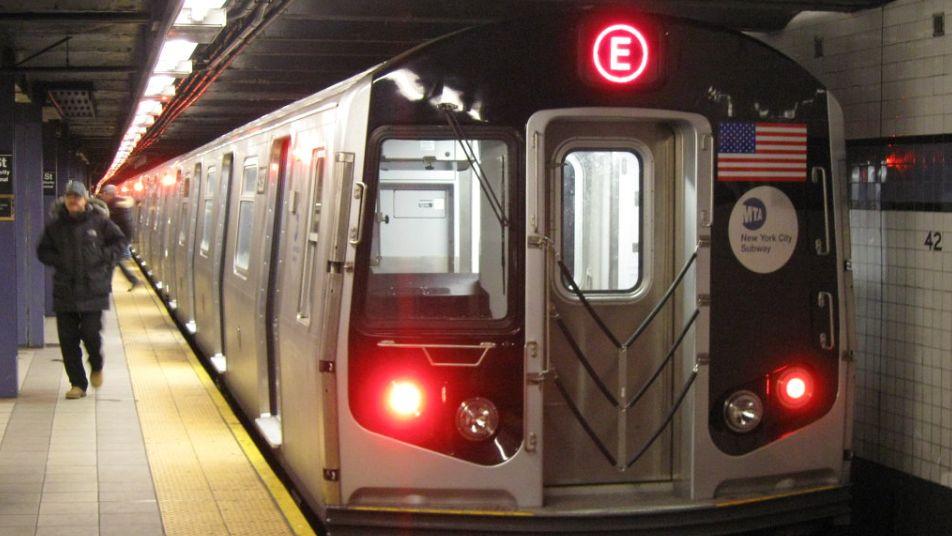 امرأة تدفع أخرى أمام قطار نيويورك قبل وصوله بلحظات (فيديو)