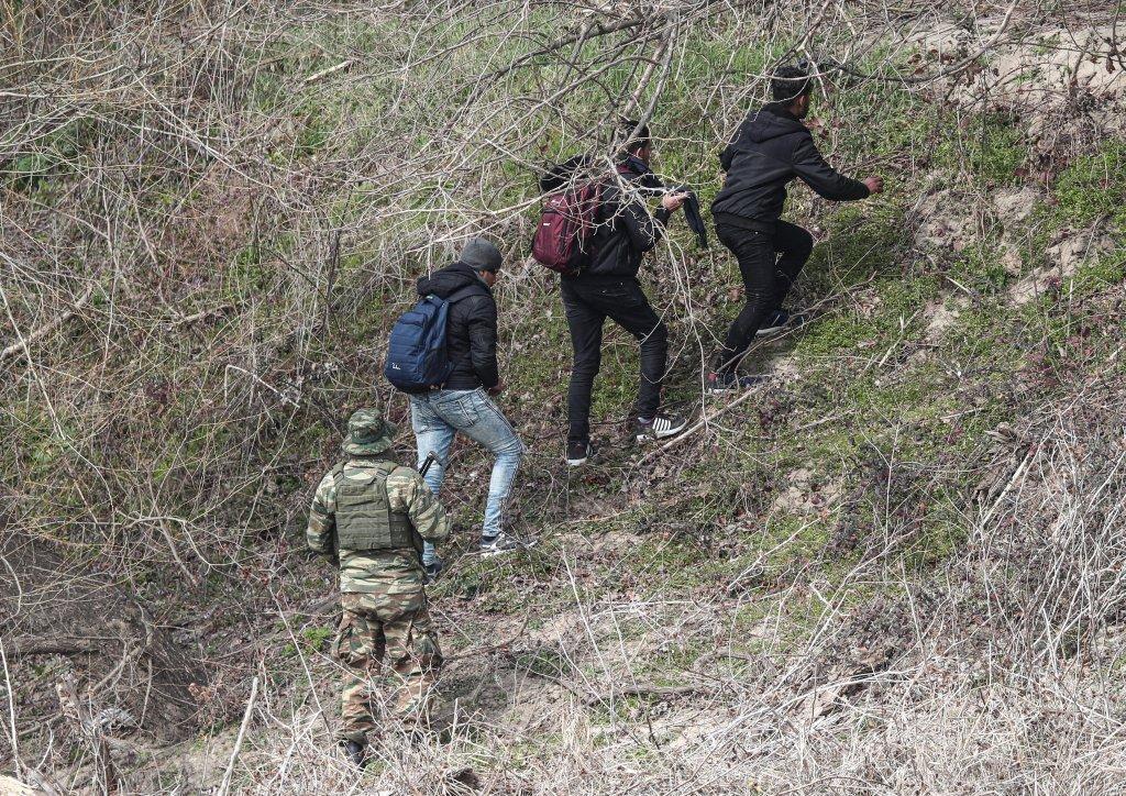 على حدود بولندا…مهاجرون يحاولون الدخول بالقوة!