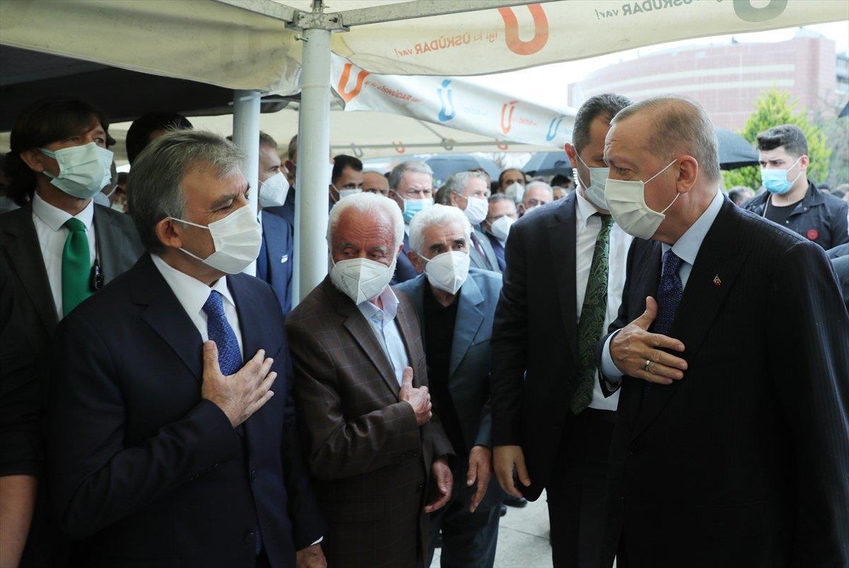 الرئيس أردوغان يسلم على رئيس تركيا السابق خلال حضوره عـ.ـ زاء سياسي تركي (فيديو)